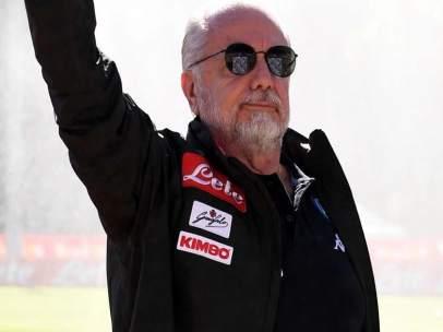 Aurelio De Laurentiis saluda a los aficionados