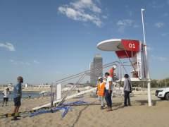 El AMB instala un nuevo modelo de torre de vigilancia en la playa de la Nova Icària