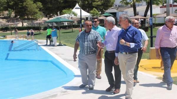 Izquierdo (centro) y Pérez (dcha.) visitan la piscina de Jauja