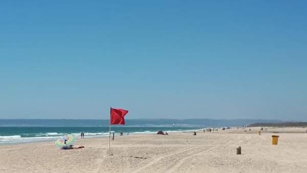 Bandera roja en la playa de Zahara de los Atunes
