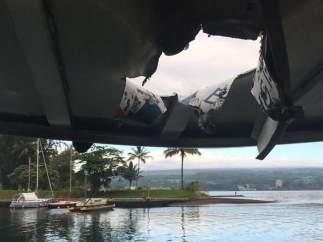 Impacto de una bomba de lava en un barco en Hawái