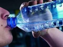 Los peligros de dejar la botella de agua en el coche