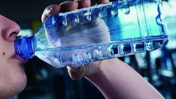 Botella de agua embotellada.