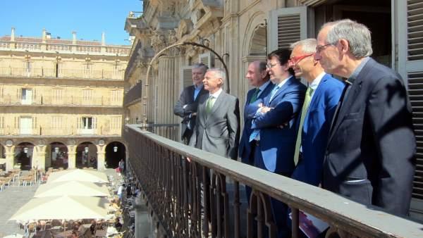 Autoridades en el balcón del Ayuntamiento, 17-7-18