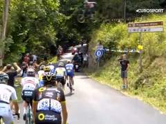 Alucinante: un aficionado salta con su bicicleta por encima del pelotón en el Tour