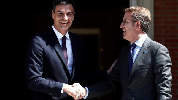 Pedro Sánchez recibe a Alberto Núñez Feijóo en la Moncloa.