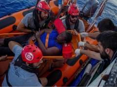 Open Arms pide a España un puerto para desembarcar a la mujer rescatada en el Mediterráneo y los dos muertos