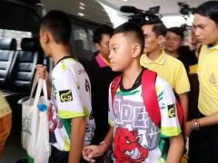 Los niños rescatados de una cueva en Tailandia abandonan el hospital