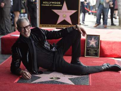 El actor Jeff Goldblum posa con su estrella en el Paseo de la Fama de Hollywood.