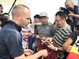 Andrés Iniesta firma autógrafos a su llegada a Japón