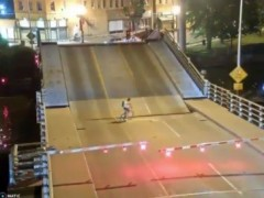 Una ciclista sobrevive de milagro tras caer al hueco de un puente en elevación
