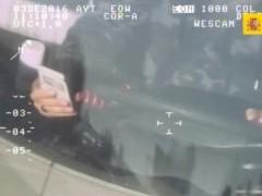 Conductor usa el móvil al volante