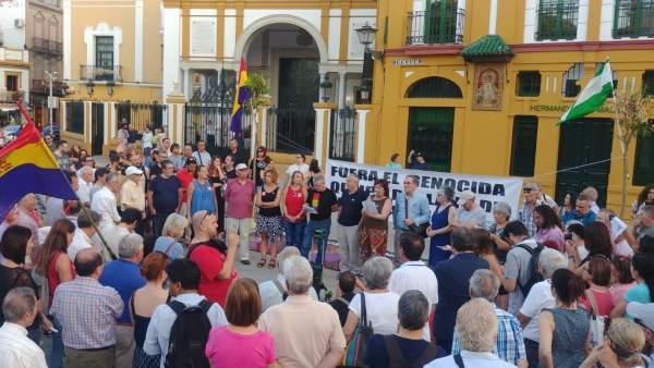 Movilización ante la Hermandad de la Macarena por la retirada de Quipo de Llano