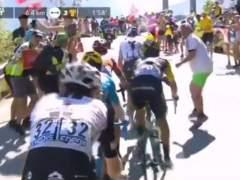 Un aficionado empuja a Chris Froome en Alpe d'Huez