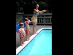 Una madre, dos niños pequeños y una piscina, los ingredientes del último vídeo viral