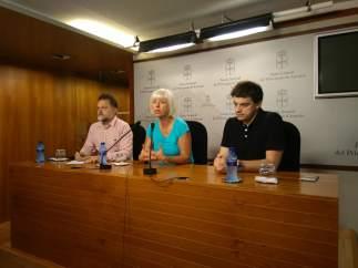La diputada de IU Concha Masa junto al músico Manuel Paz y Juan Ponte (IU)