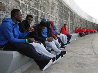 Llegan al puerto de Tarifa parte del centenar de inmigrantes de origen magrebí rescatados por Salvamento Marítimo este viernes.