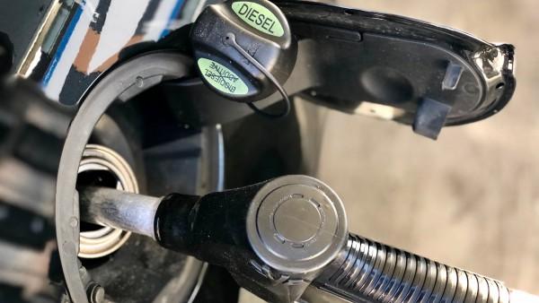 Recarga del depósito de un vehículo con diésel.