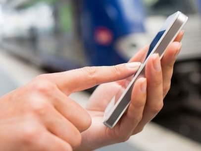 Persona usando un móvil