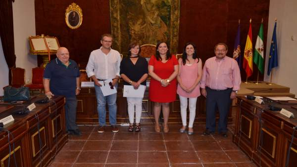 Carrillo (de rojo), junto a los beneficiaros de los convenios