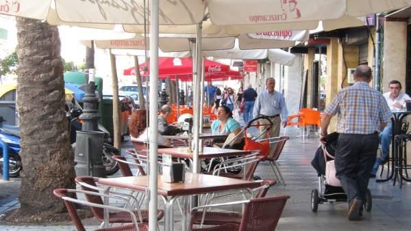 Bar Con Veladores En Una Calle Del Centro De Huelva.