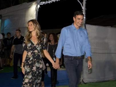 """El presidente del Gobierno, Pedro Sánchez (d), y su esposa a su llegada al concierto que la banda estadounidense """"The Killers"""" va a ofrecer esta noche en la segunda jornada del Festival Internacional de Benicasim (FIB), en Castellón"""