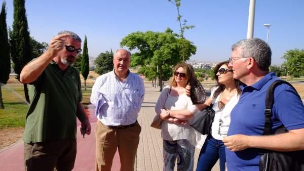 Visita a vecinos de la urbanización de Mirabueno de Córdoba
