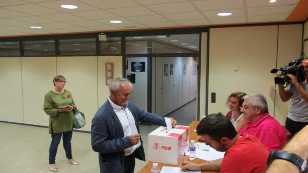 Samuel Morón, votando este domingo en la sede del PSOE-Teruel