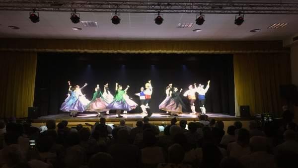 Actuación de un grupo de jotas en el renovado salón cultural de Monegrillo