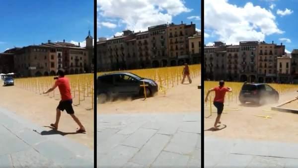 Vídeo del coche arrollando las cruces amarillas