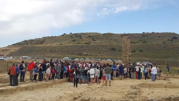 Unas mil personas han visitado este domingo el yacimiento de Los Bañales