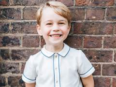 El príncipe Jorge posa muy sonriente por su quinto cumpleaños