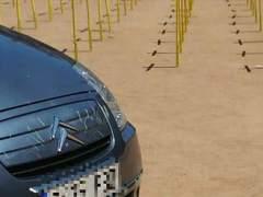Un coche arrolla las cruces amarillas que homenajean a los independentistas presos en la plaza de Vic