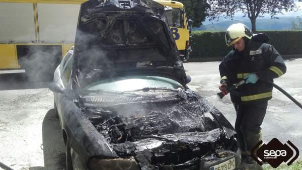 Incendio en un vehículo en Tineo.