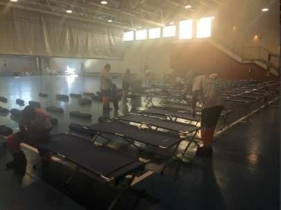 Cruz Roja habilita un polideportivo para la atención de migrantes