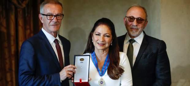 El ministro de Cultura José Guirao (i), la cantante, compositora y actriz, Gloria Estefan, y el músico y productor y marido de la cantante Emilio Estefan, durante la entrega de la Medalla de Oro de las Bellas Artes.