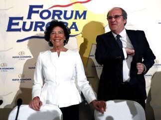 Celaá junto a Ángel Gabilondo, antecesor suyo en Educación, que la ha presentado en en desayuno informativo.