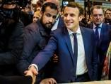 Fotografía de archivo que muestra al entonces candidato presidencial del partido 'En Marche', Emmanuel Macron, junto a su jefe de seguridad, Alexandre Benalla, durante una visita a la Feria internacional de Agricultura en París.