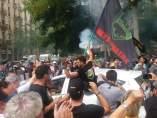 Un grupo de taxistas protesta en la calle durante la primera de las dos jornadas de huelga del sector en Barcelona.