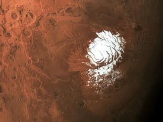 Encuentran agua líquida bajo el hielo en el polo sur de Marte