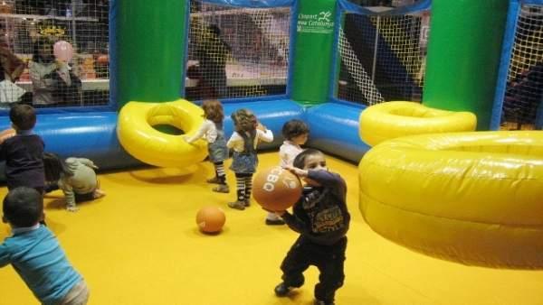 Niños jugando en una de las atracciones hinchables del festival.
