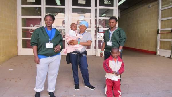 Inmigrantes con sus hijos ante el Pabellón de Vistalegre