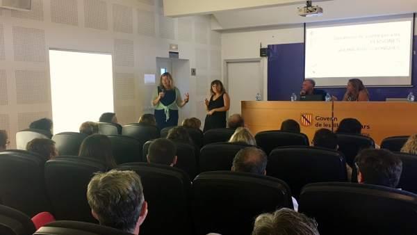 Patricia Gómez presentando el plan en Menorca