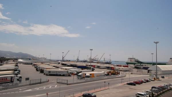 Actividad marítima y terrestre en el puerto de Motril