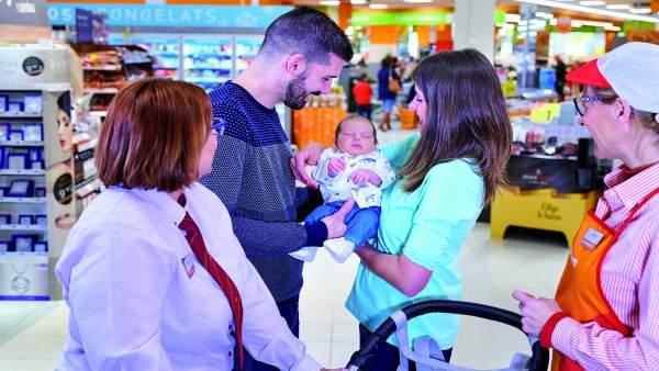 Consum amplía a siete semanas el permiso de paternidad retribuido