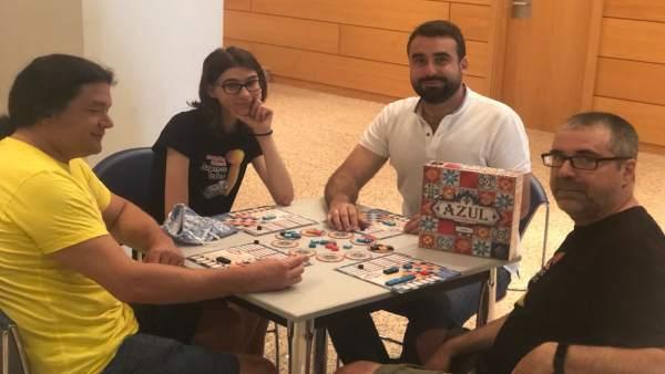 Mayoral (centro) participa en uno de los juegos