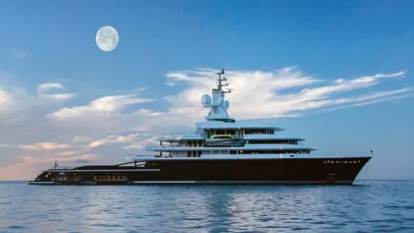 Megayate luna lujo yate barco buque avituallamiento puerto málaga