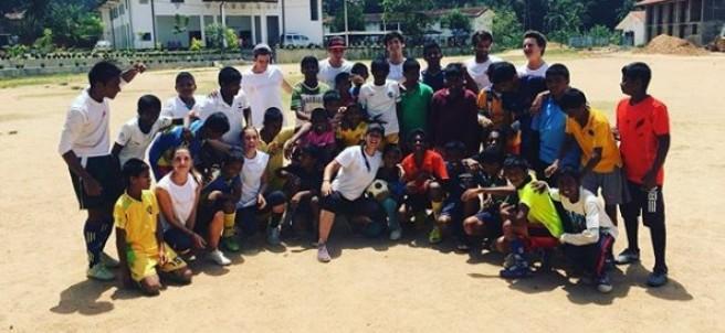 Grupo de voluntarios de la organización 'Yes we help' en Sri Lanka.