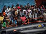 Inmigrantes rescatados  en el Estrecho de Gibraltar aguardando en el puerto de Tarifa (Cádiz).