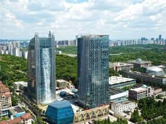 El rascacielos que tiene una cascada de 100 metros que cae desde lo alto del edificio